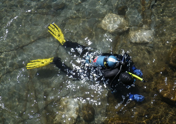LCMM Archaeologist Sarah Tichonuk dives in Lake George.