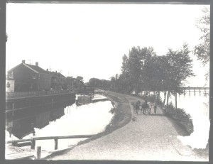 Horse tow on the Chambly Canal (photo courtesy of the McCord Museum)