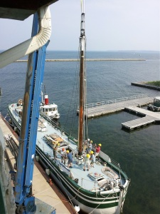 Setting the foremast (photo: Kent Strobel)
