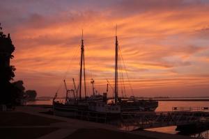 Sunset on rigging day (photo: Tom Larsen)